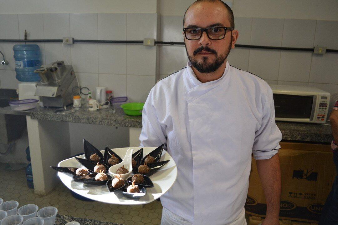 Professor exibe bandeja de brigadeiro de chocolate com tenébrio, o 'bicho da farinha'