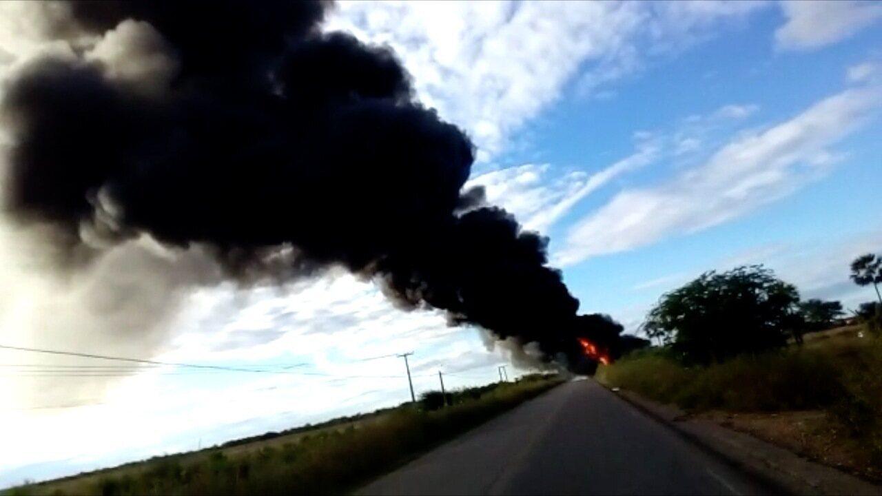 Vídeo mostra carreta em chamas na RN-118