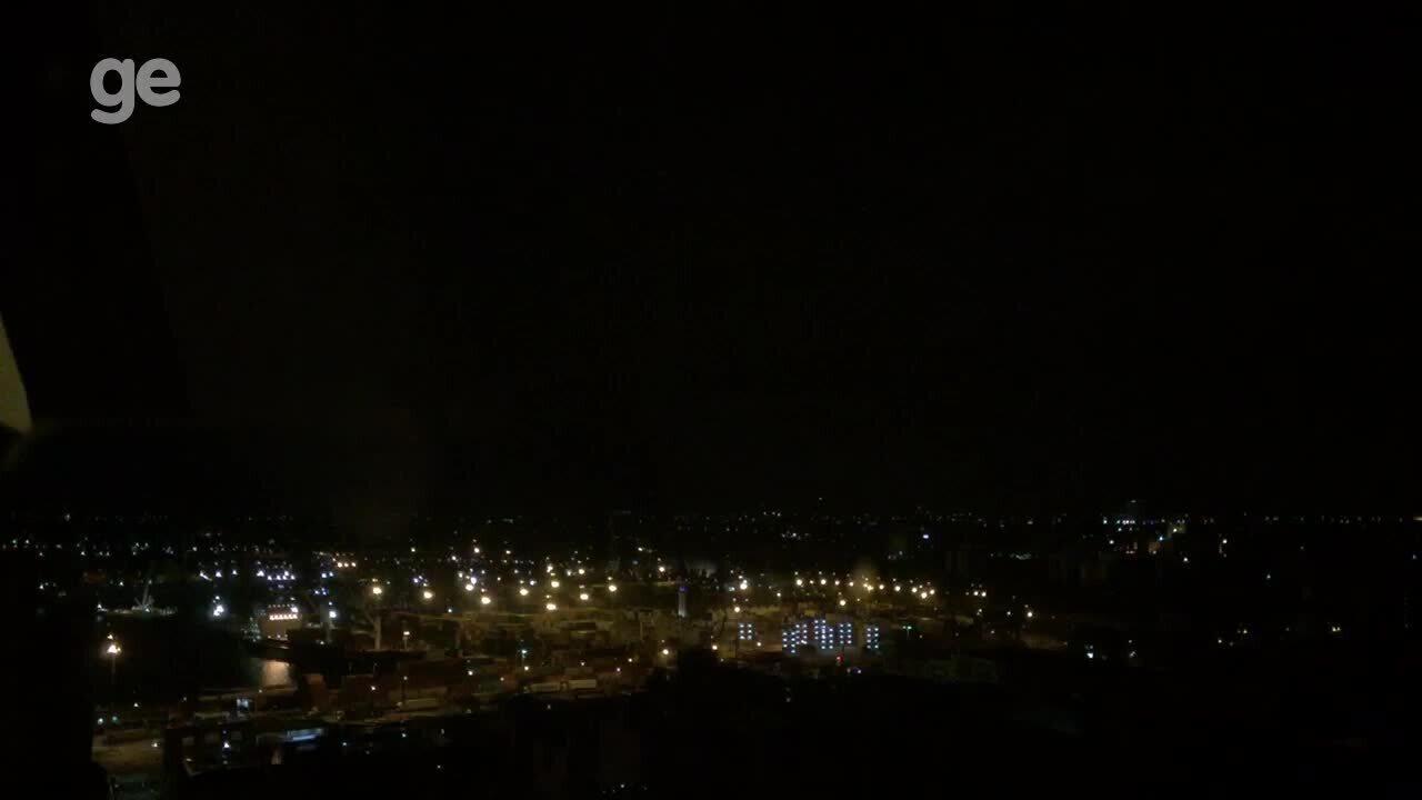 Torcida do Nacional-URU faz foguetório durante a madrugada perto de hotel do Botafogo
