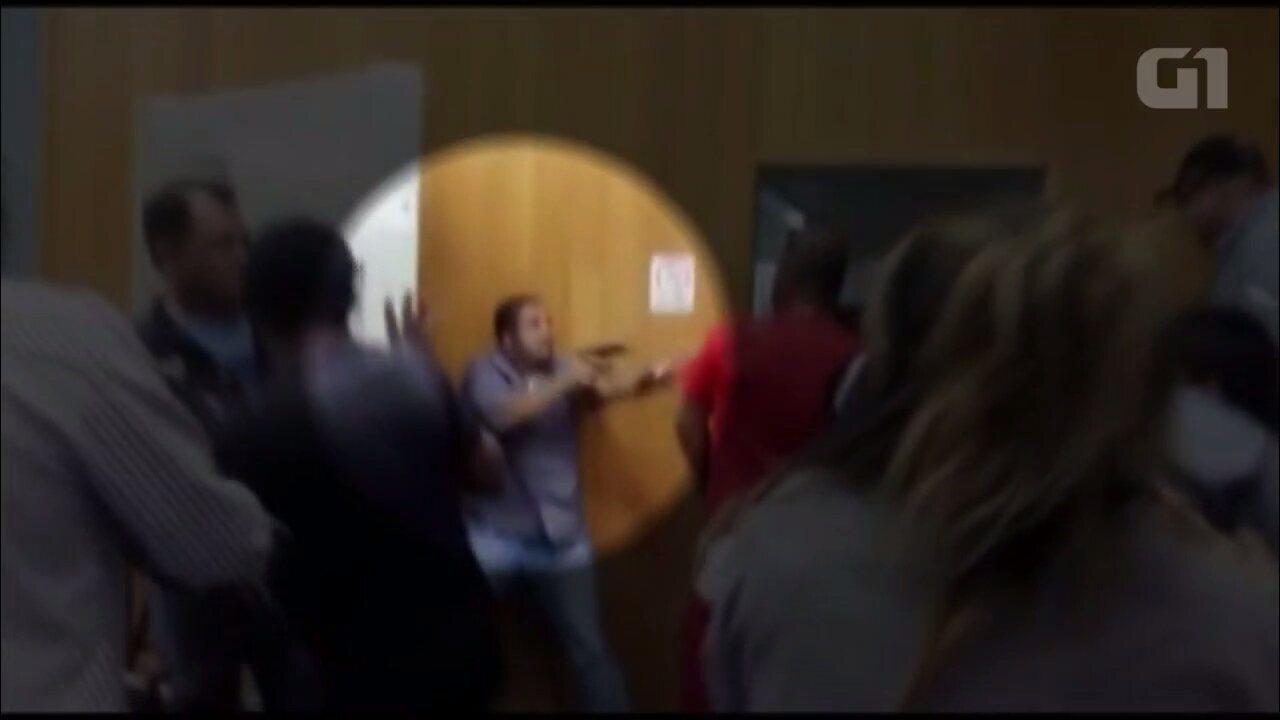 Homem armado aparece em confusão na saída do plenário da Câmara de Londrina