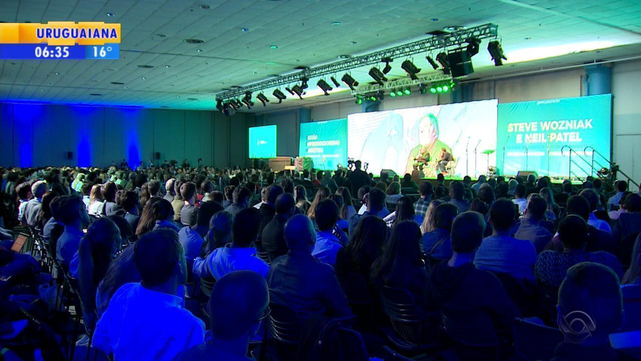 Steve Wozniak, cofundador da Apple, palestra em Porto Alegre