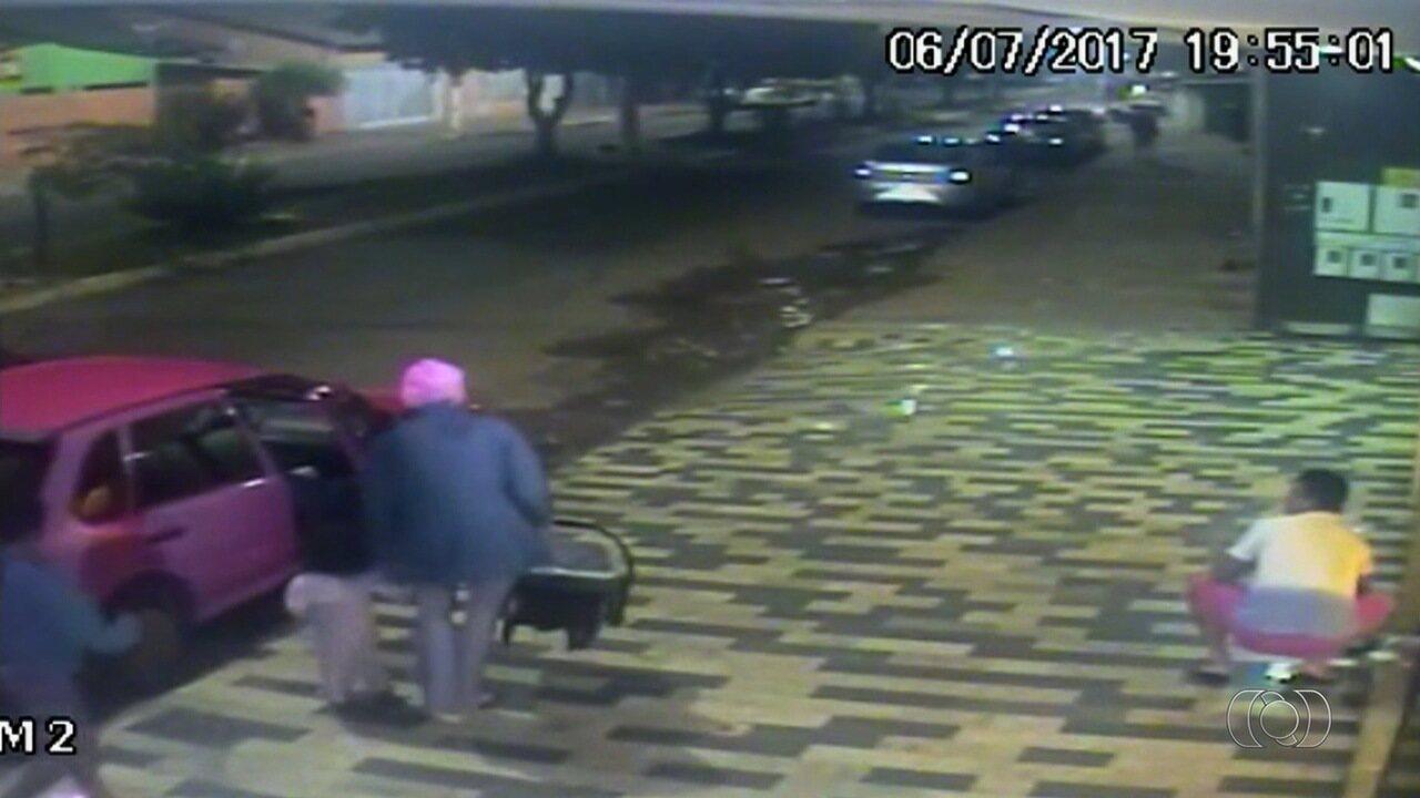 Criminosos fazem mulher com criança no colo sair de dentro de carro em assalto