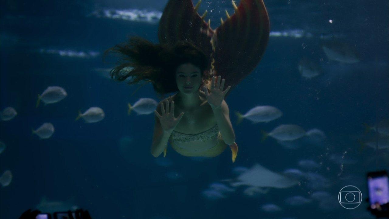 Ritinha performa como sereia no aquário e Ruy a procura