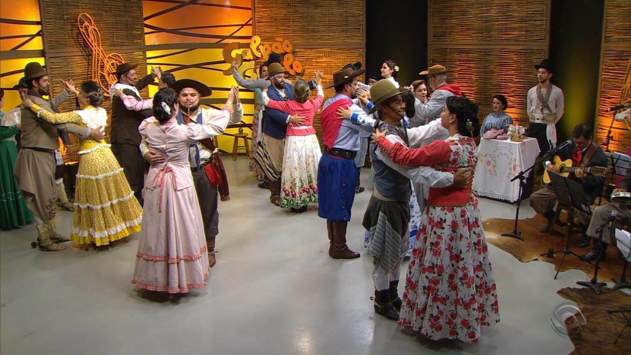 Paixão Côrtes apresenta a dança 'Valsa do Passeio', que faz parte do folclore do RS