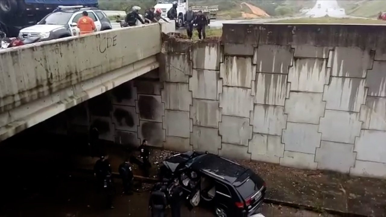 Carro quebra mureta e cai em túnel na Zona Sul de Natal