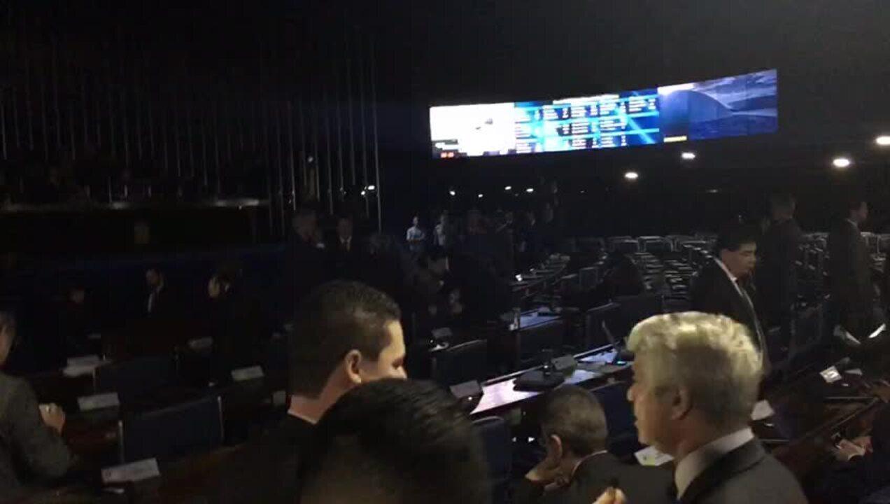 Luzes do plenário foram apagadas logo após Eunício ter suspendido a sessão