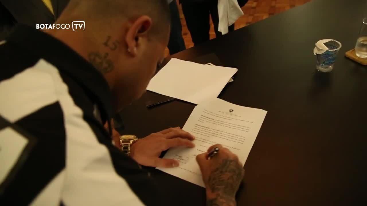 Léo Valencia é apresentado, veste camisa do Botafogo e diz:
