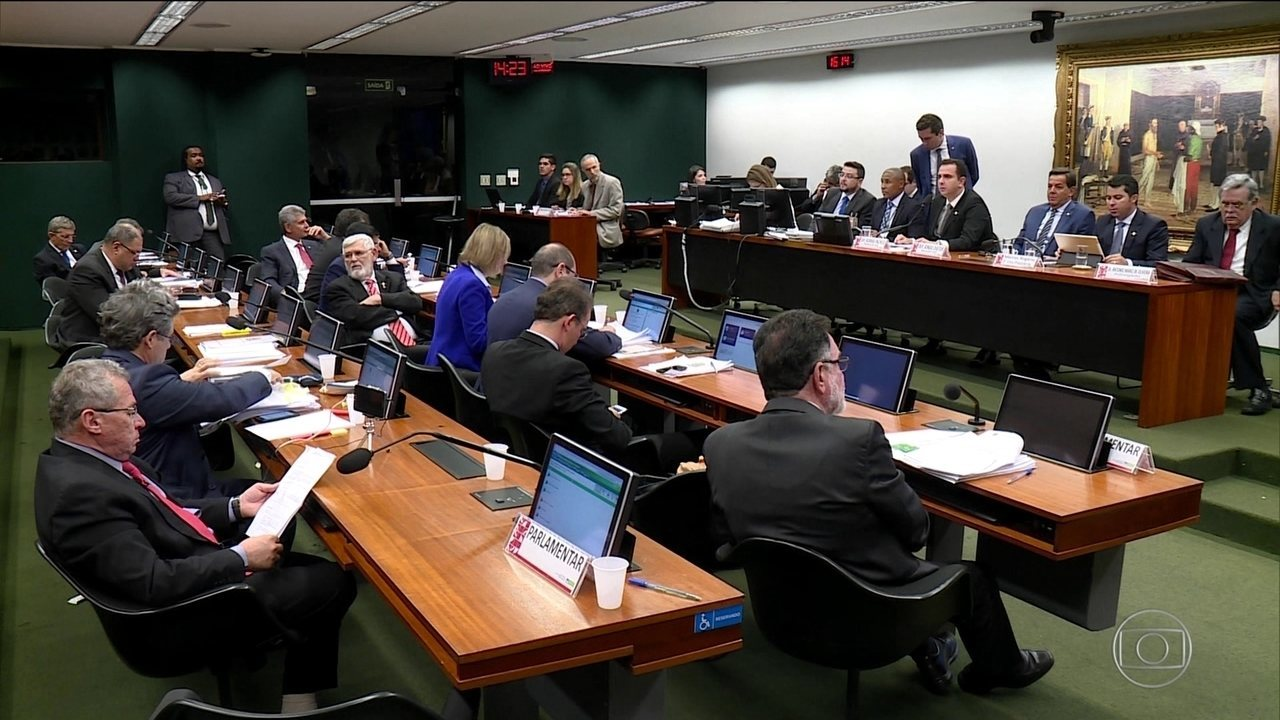 CCJ da Câmara começa a discutir relatório de Zveiter sobre Temer