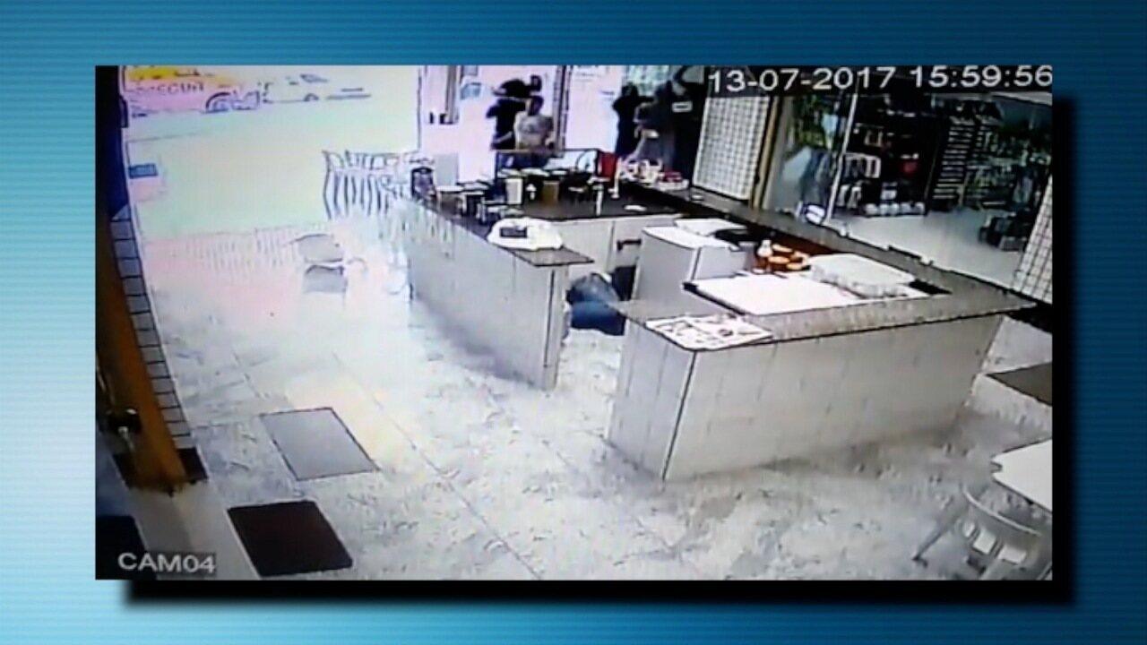 Mulher é baleada na cabeça e bandido morre durante ataque a carro-forte na Grande Natal