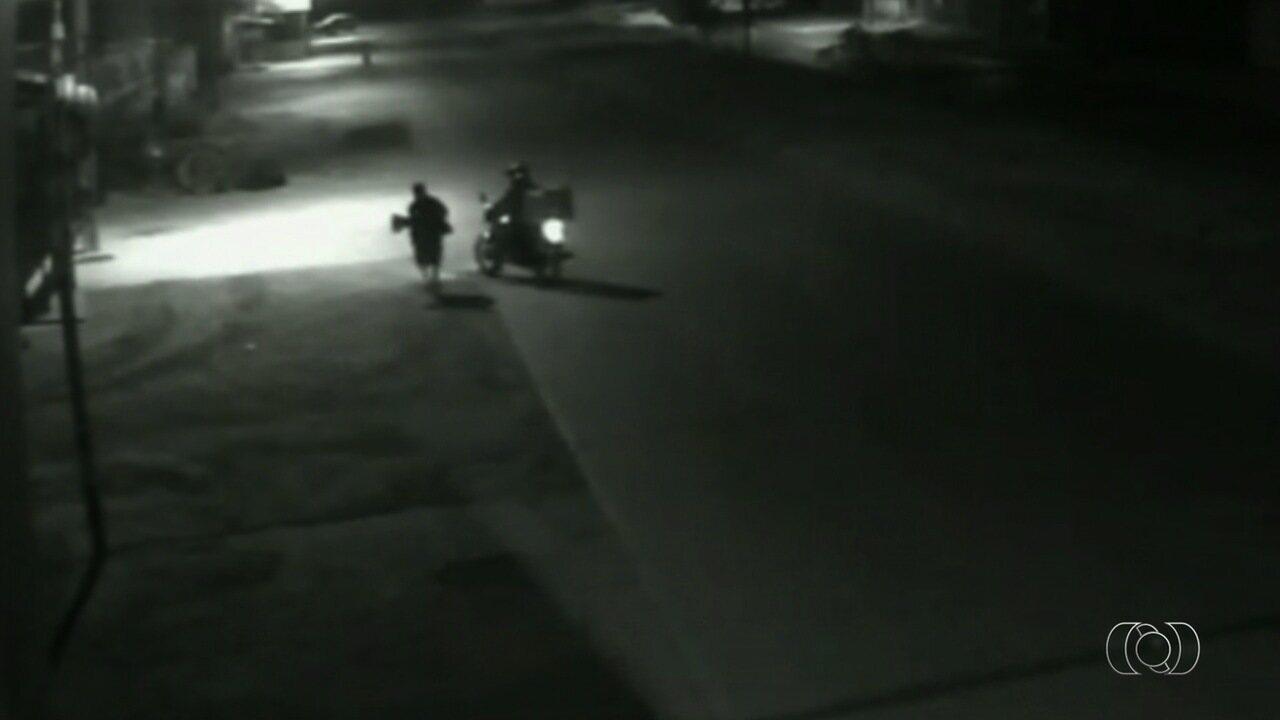 Polícia procura suspeito de estuprar e matar idosa em Goiás; vídeo mostra abordagem