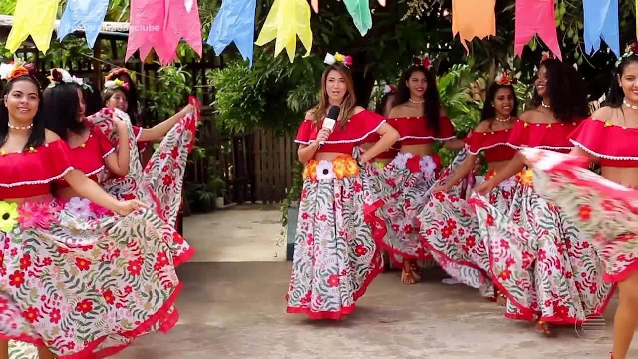 Simone Castro dança carimbó com o grupo Flôr de Lis