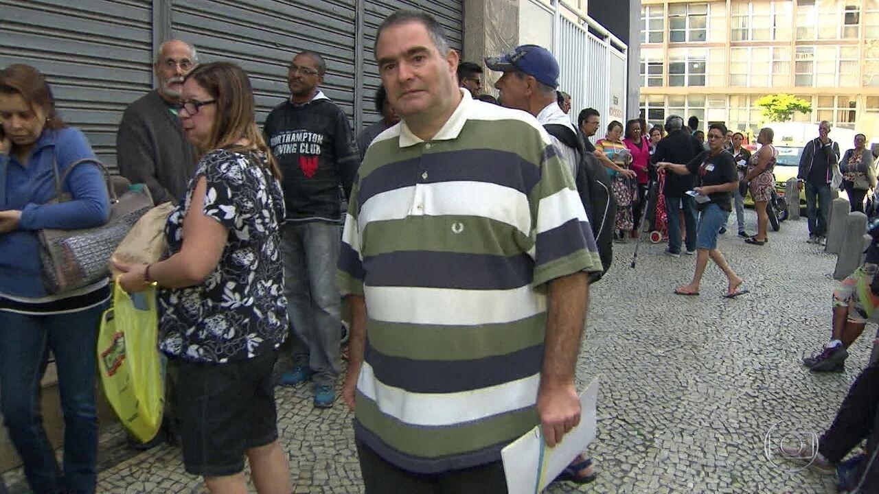 Servidores públicos do estado do Rio enfrentam fila pra receber doações de alimentos