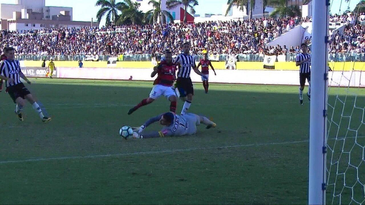 Defesaça do Victor! Goleiro do Galo salva outro gol, agora de Paulinho aos 03' do 2º
