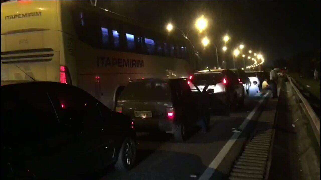 Tiroteio e tentativa de arrastão na Linha Vermelha causa pânico no Rio