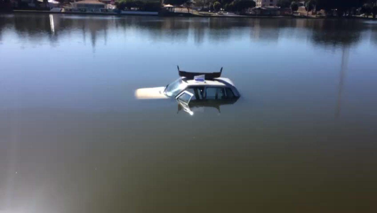 Resultado de imagem para Carro é furtado durante a noite e amanhece 'boiando' em lago no DF