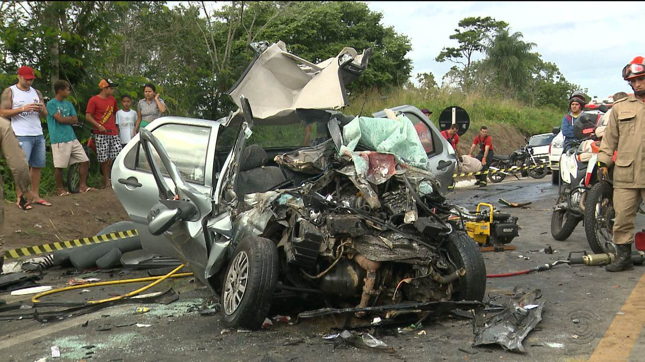 Duas pessoas morrem durante acidente entre carro e ônibus na BR-104, entre Campina Grande e Lagoa Seca