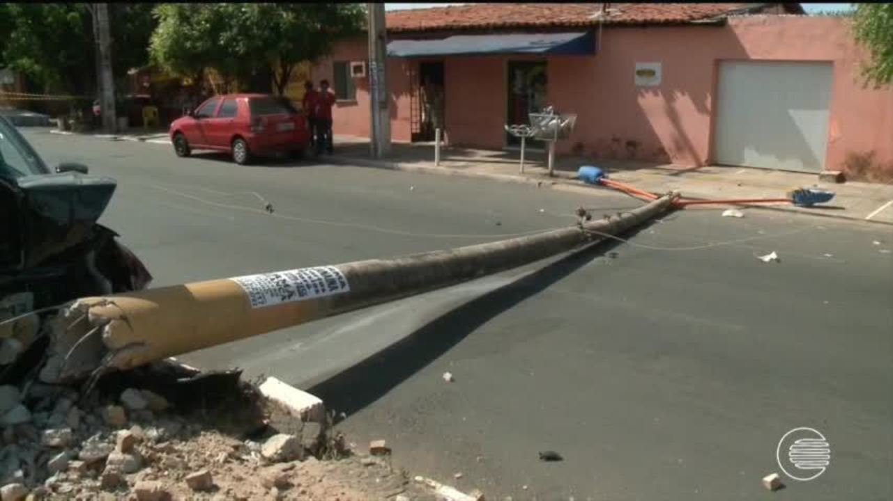 Motorista perde o controle do veículo e colide com posta interditando avenida na Zona Sul
