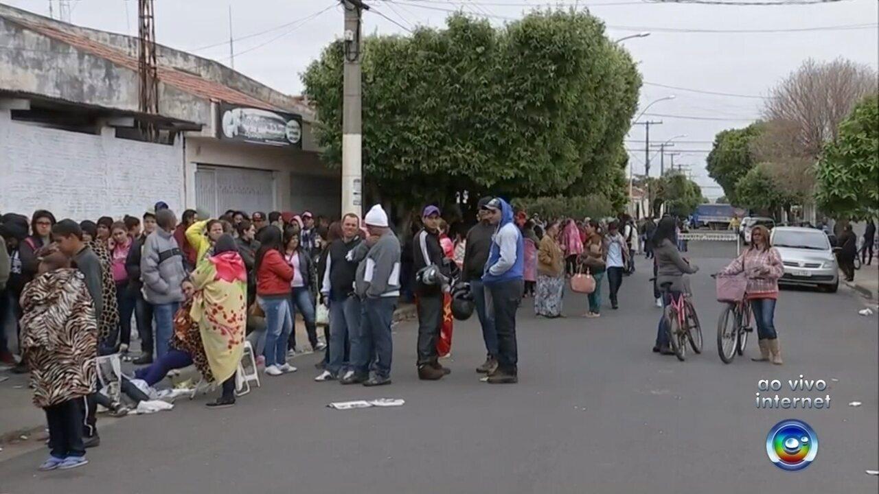 Milhares de pessoas fazem fila para participar de sorteio de casas populares em Promissão