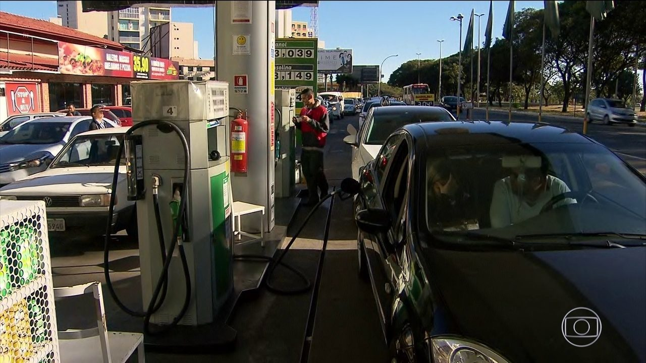 Governo assina decreto que aumenta imposto sobre combustíveis