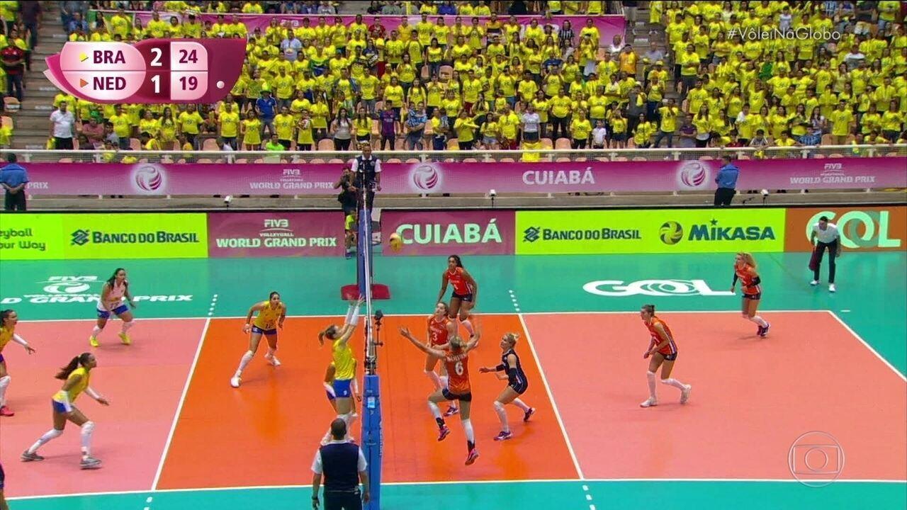 4º set - No bloqueio de Roberta, o Brasil fecha o jogo pra cima da Holanda, 25 a 19