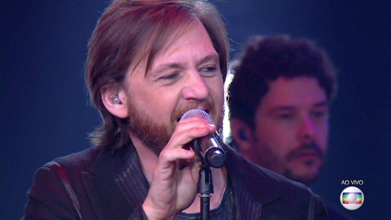 "André Frateschi canta sucesso de David Bowie ""Modern Love"""