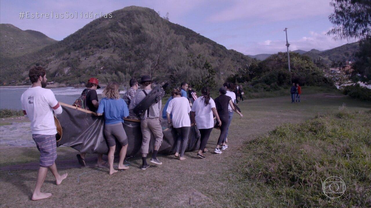 Fernanda de Freitas participa de mutirão para limpar praia em Florianópolis