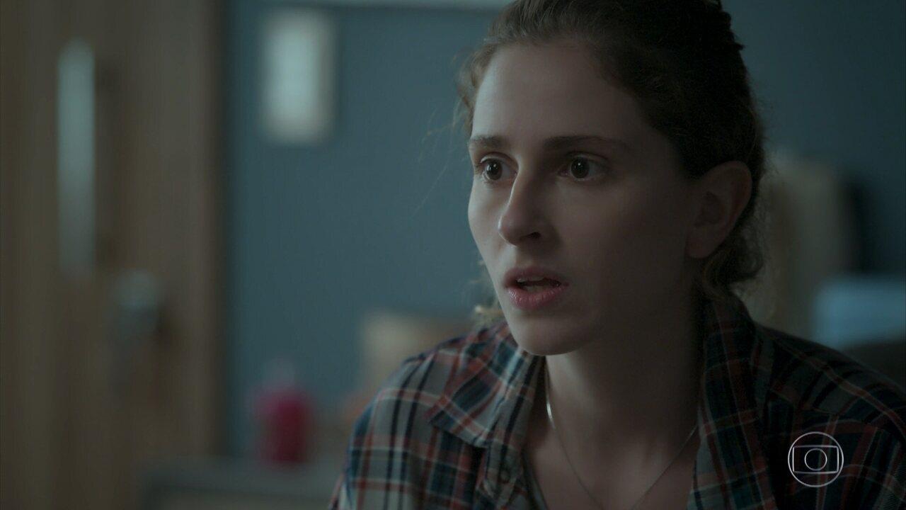 A personagem conta para a prima, Simone, que é transgênero
