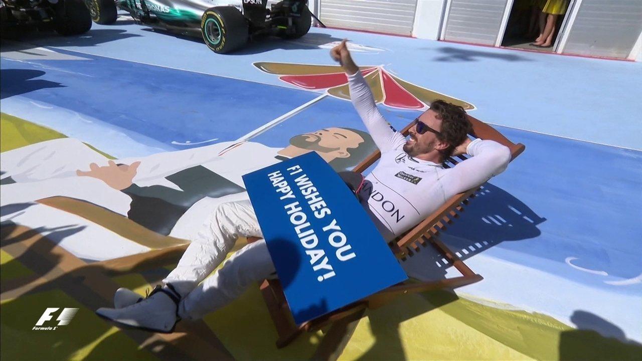 Pilotos fazem a festa no pódio, enquanto Alonso brinca com meme