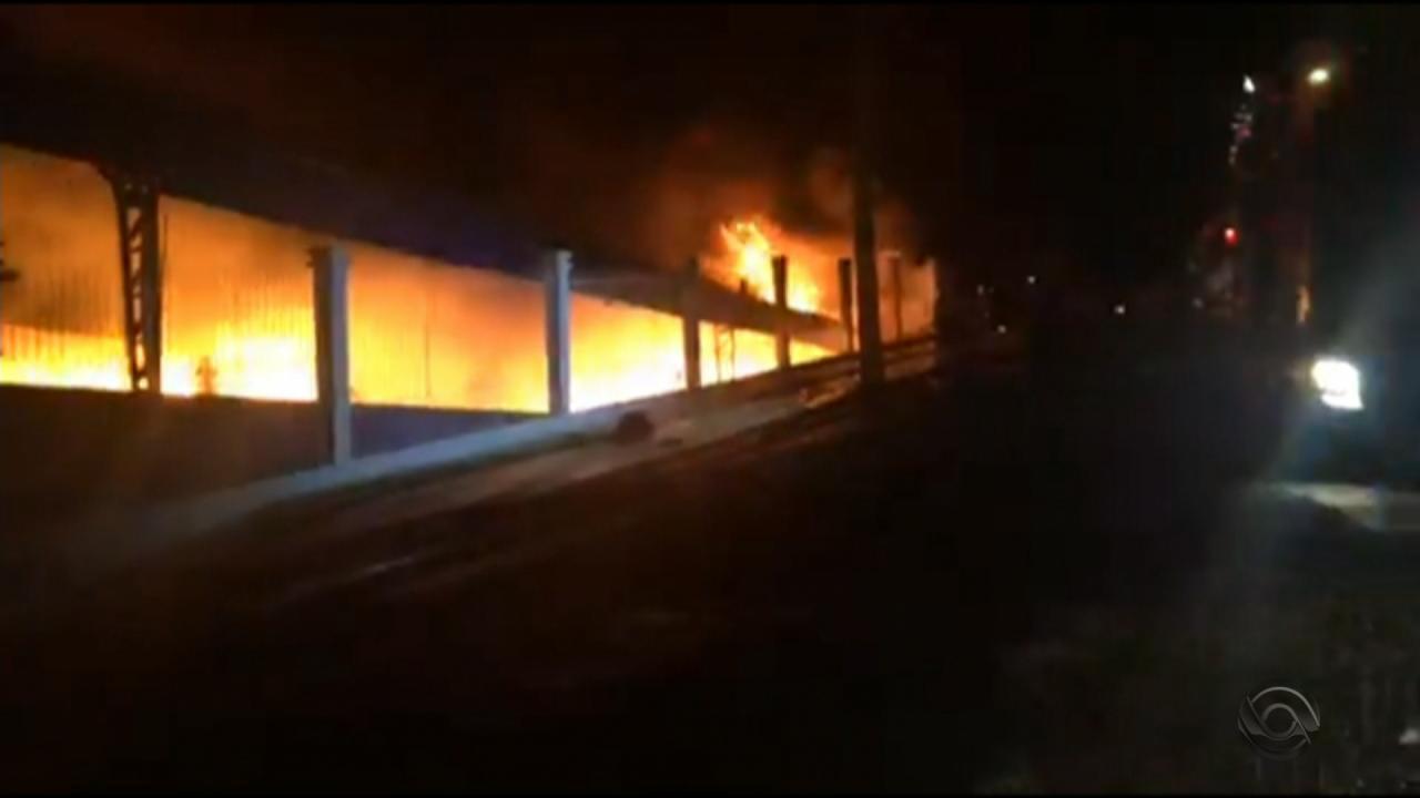Incêndio em Erechim permanece por horas em empresa com materiais inflamaveis