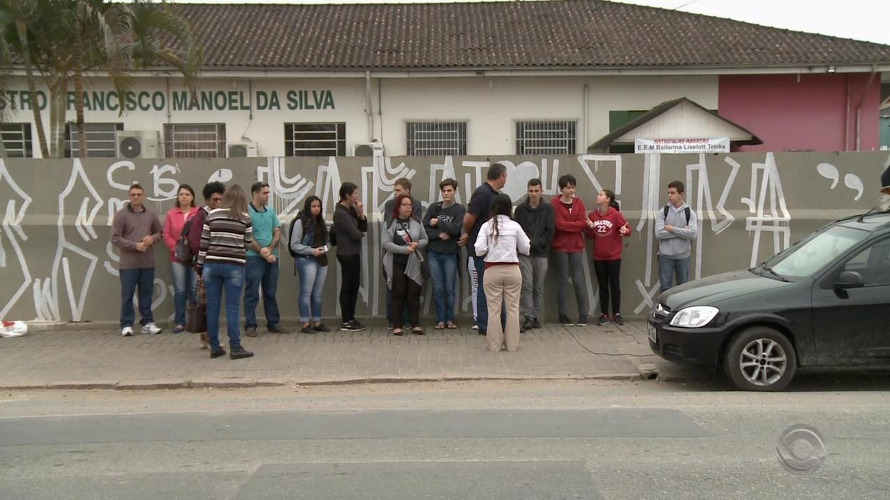 Alunos protestam contra fechamento de escola estadual no bairro Vila Nova