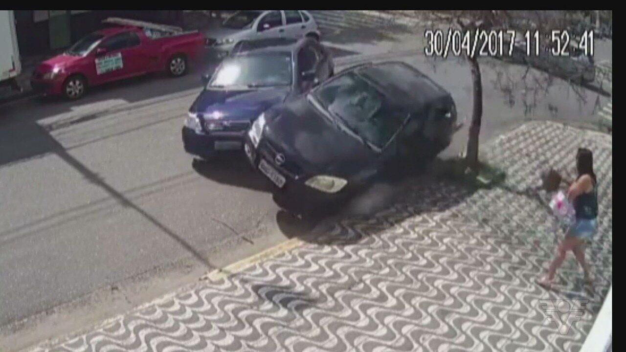 Carro colide contra táxi, invade bar, mata mulher e deixa cinco feridos em Santos