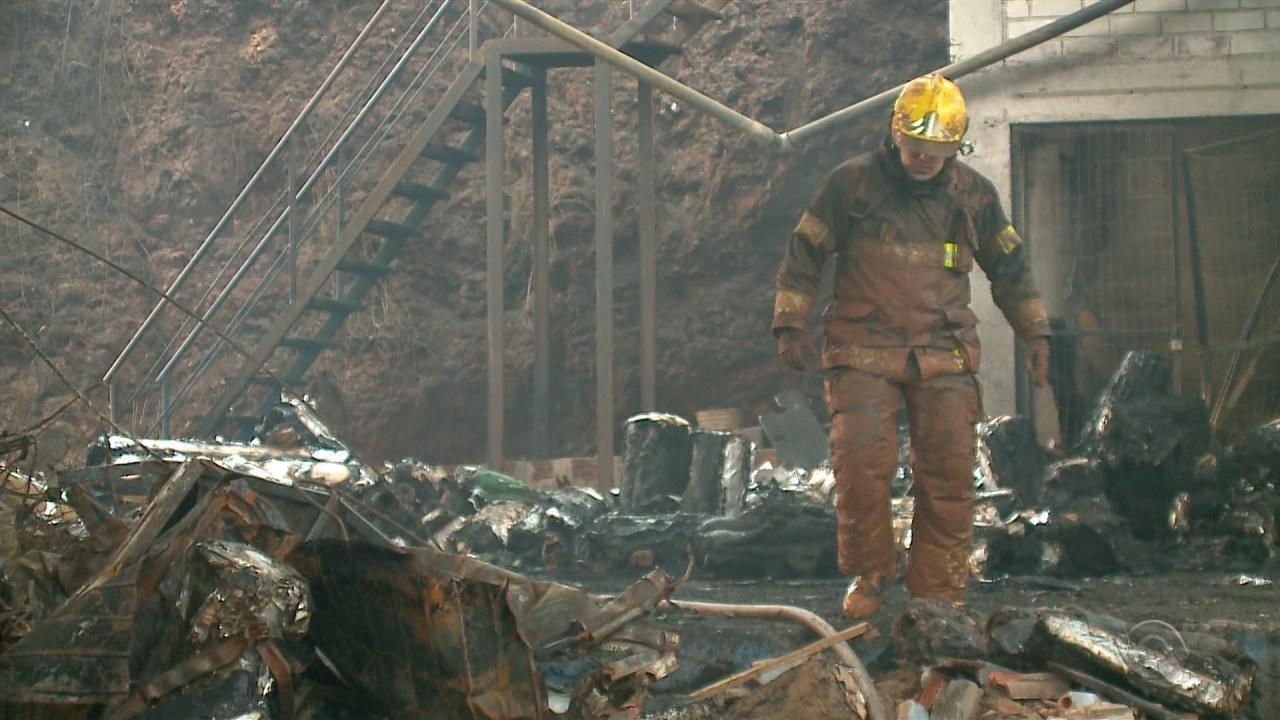 Incêndio em Erechim dura mais de 30h e bombeiros seguem trabalhando no local