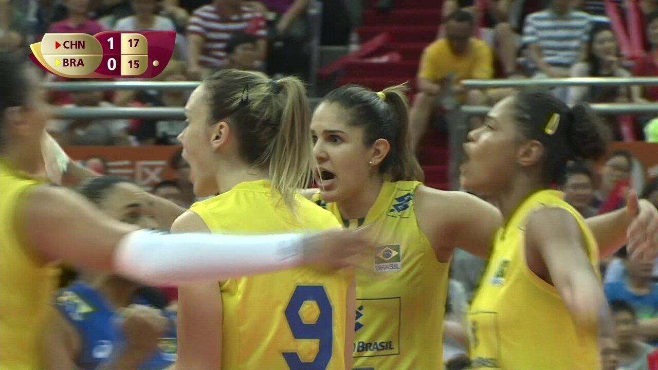 Rosamaria faz saque excelente e deixa Brasil com diferença de um ponto: 17 a 16. Mas a sequência não veio