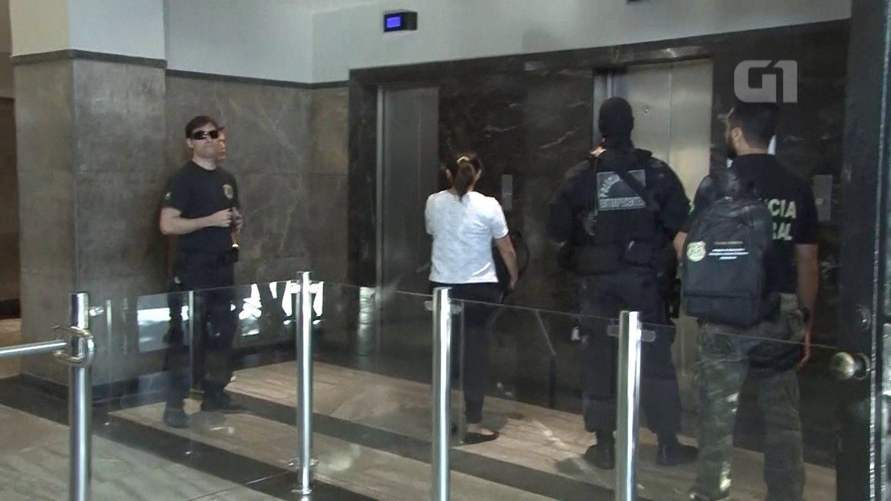 Advogada é levada por agentes até a sede da Polícia Federal no Rio