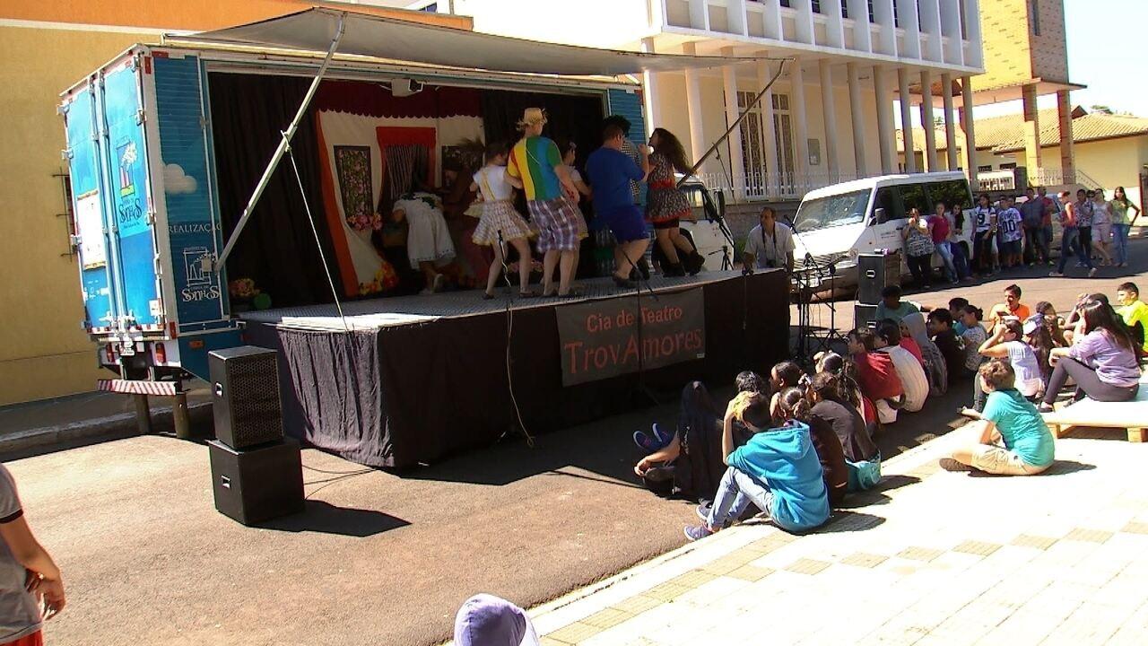 Um caminhão que é palco de teatro