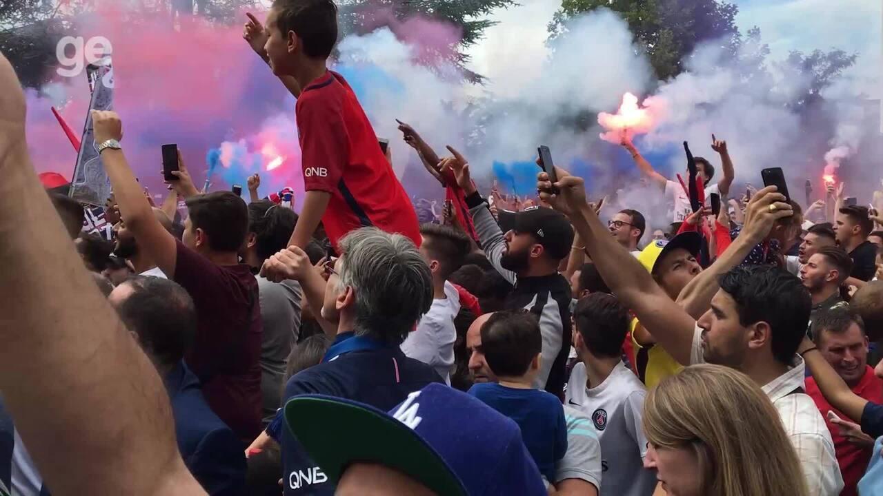 Torcida do PSG grita o nome de Neymar na frente do Parc de Princess, em Paris; assista