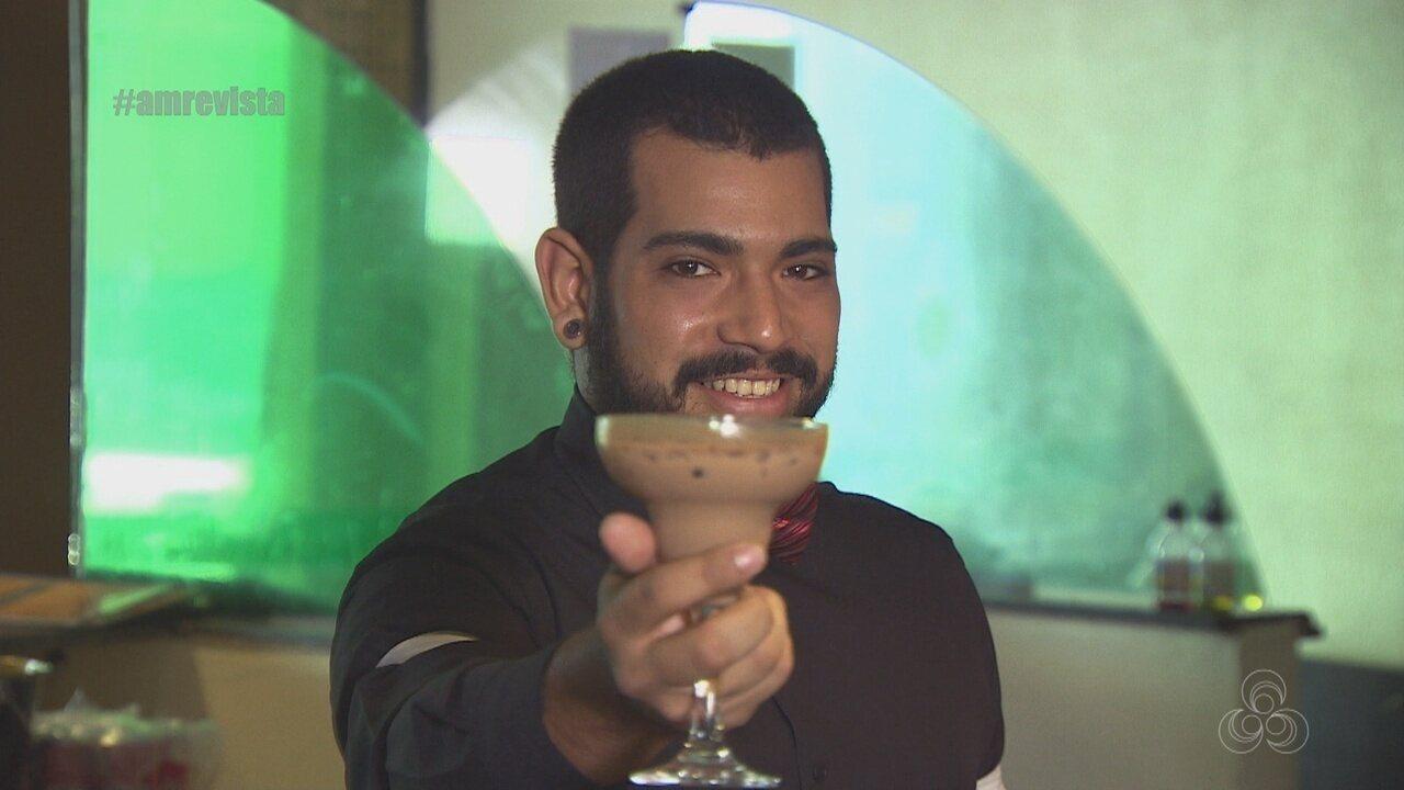 Barman ensina preparar coquetel de chocolate