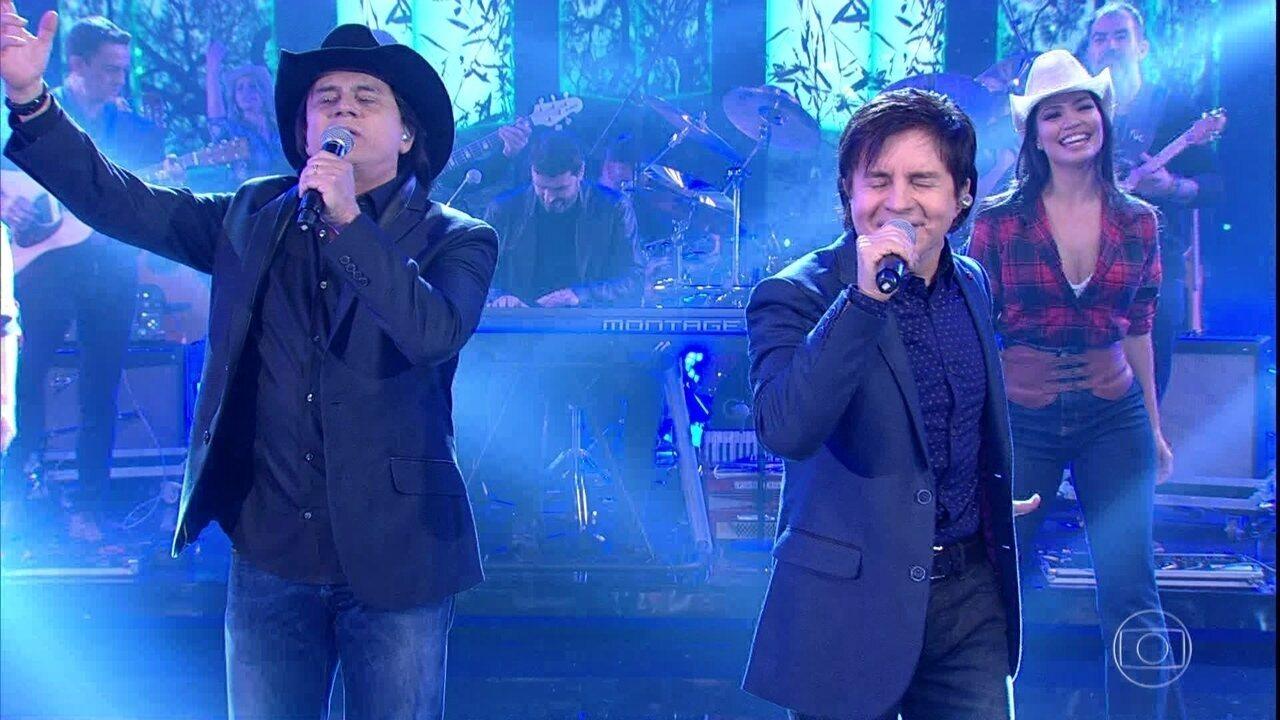 Chitãozinho e Xororó cantam 'Evidências'