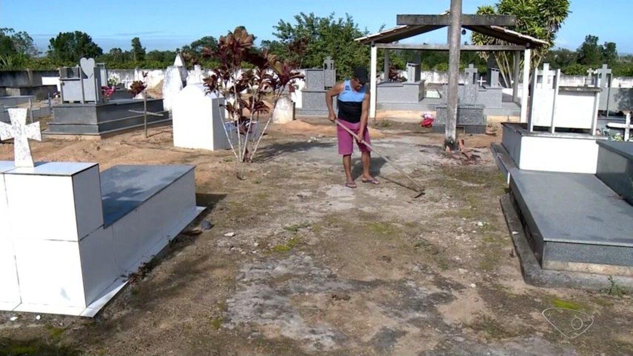 Sem coveiro, parentes usam as próprias mãos para sepultar familiares em Linhares, ES