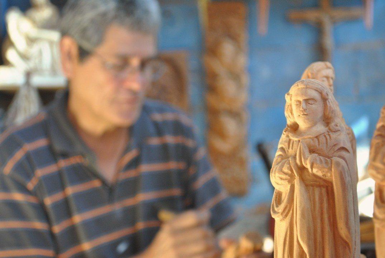 Santeiro usa sobras de madeira para esculpir