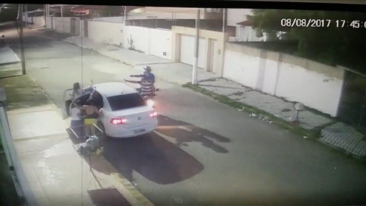 Imagens mostram roubo de carro no bairro Cidade Satélite, em Natal