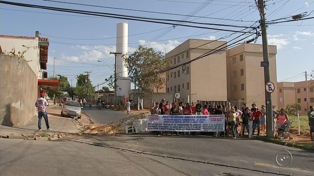Moradores protestam contra atraso em entrega de residencial