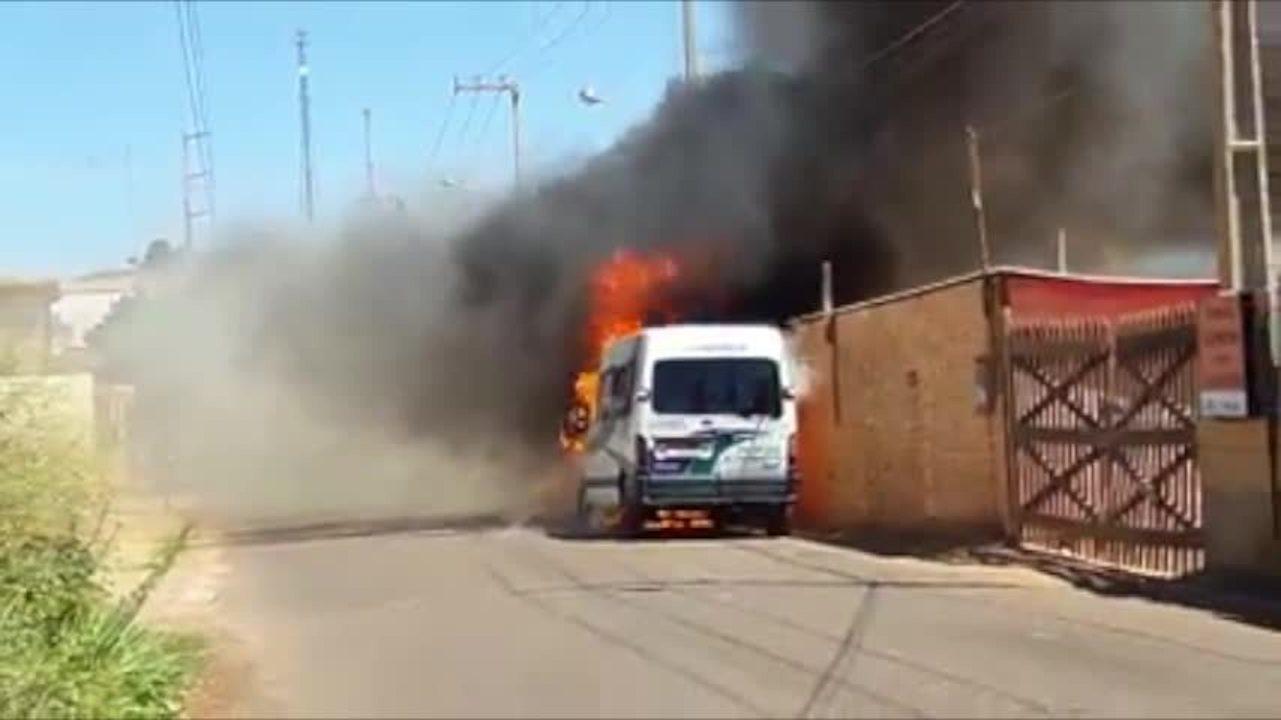 Van de lotação pega fogo após pane elétrica no interior do Piauí