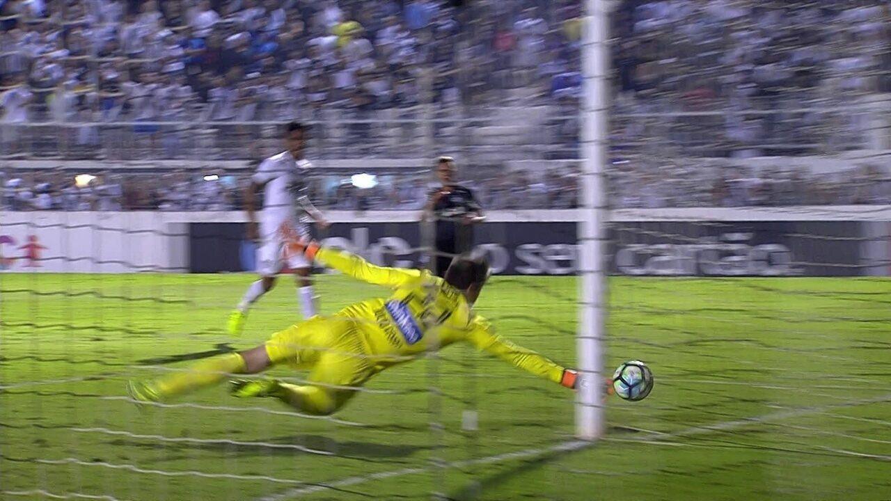 Felipe Saraiva invade a área, e chuta com perigo, aos 32 do 2º tempo