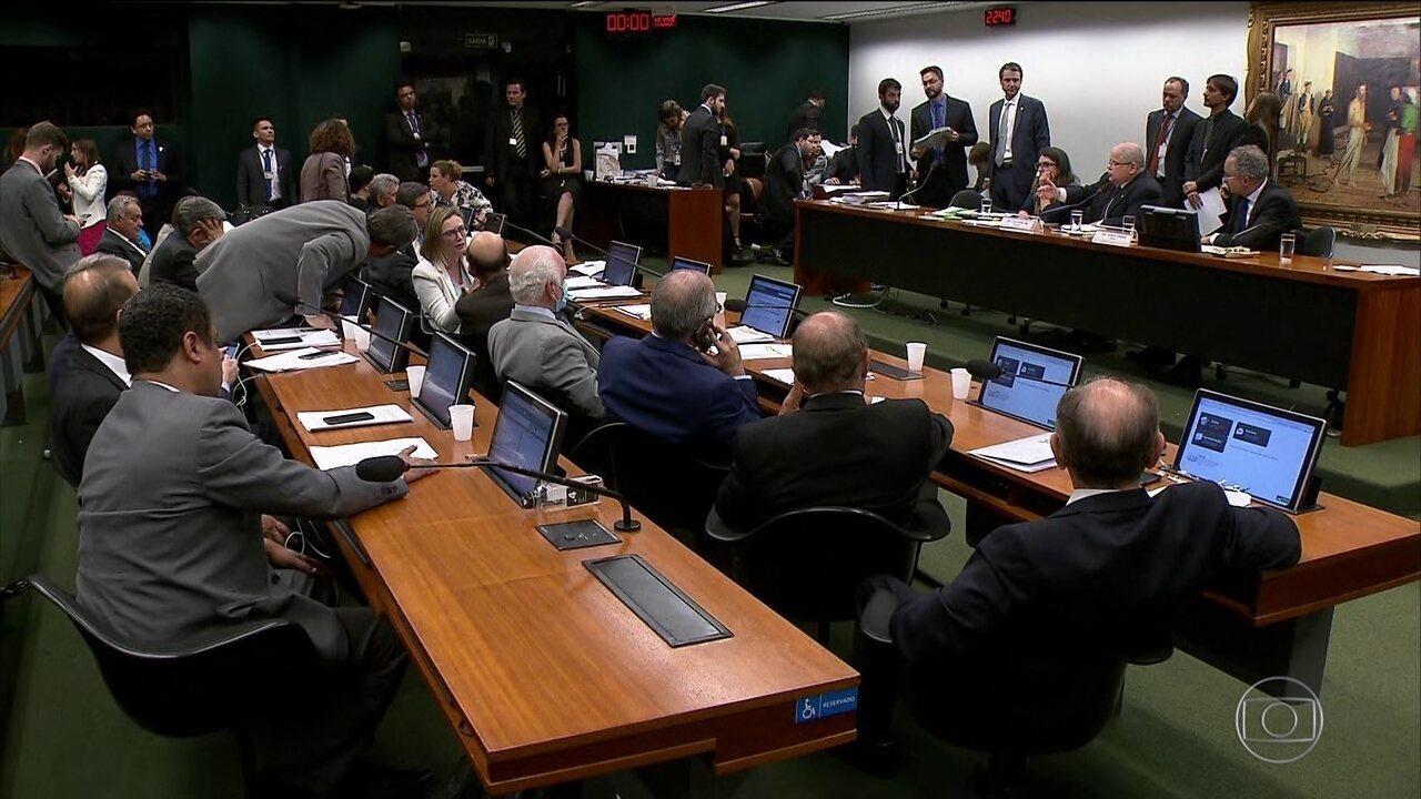 Comissão da Reforma Política aprova fundo de R$ 3,6 bilhões e 'distritão'