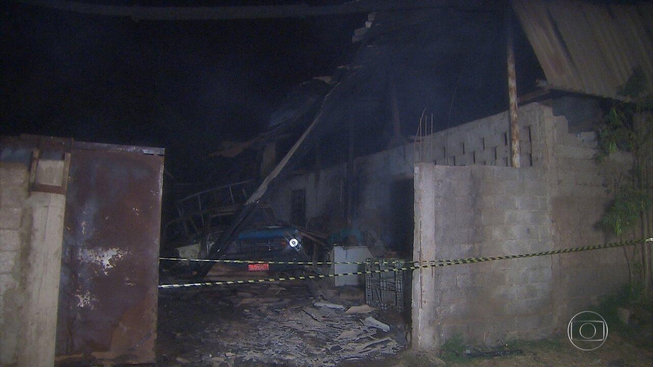 Galpão de materiais recicláveis pega fogo em Matozinhos, na Grande BH