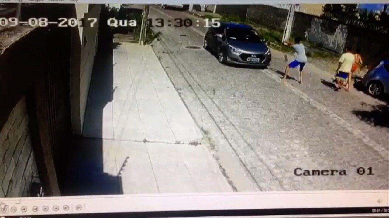 Bandidos roubam carro em Natal; veja vídeo