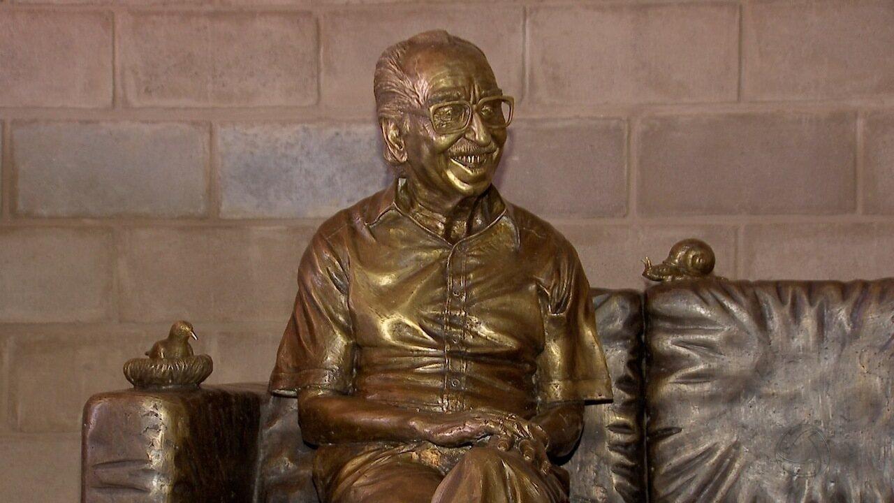 Pronta, estátua de Manoel de Barros não tem data para ser instalada em Campo Grande
