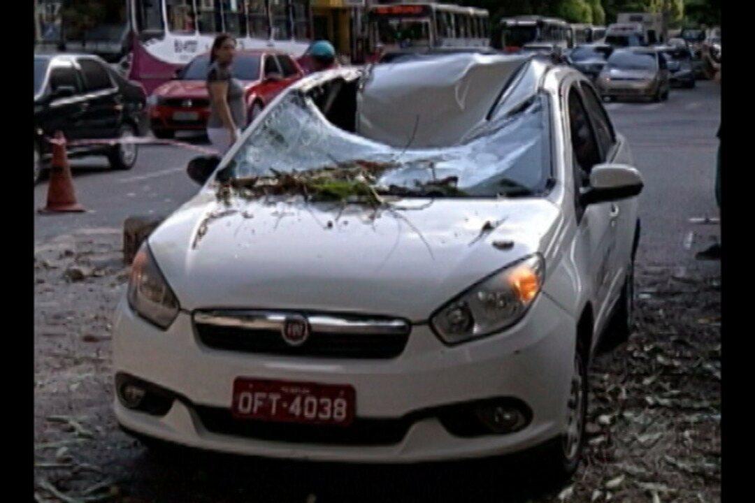 Táxi é atingido e destruído por um parte de prédio em Belém