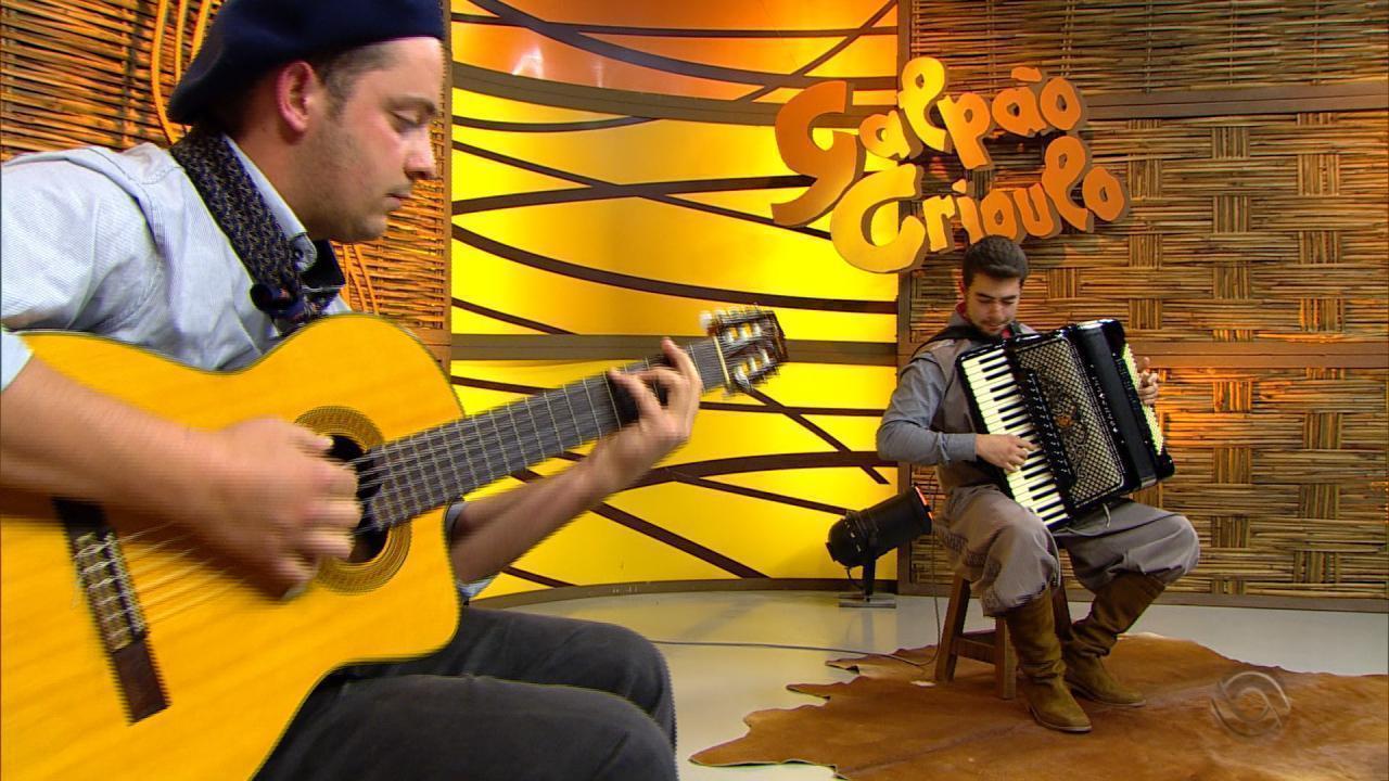 Vinícius Bianchini e Carlos Ariel se apresentam no quadro 'Na Janela do Galpão'